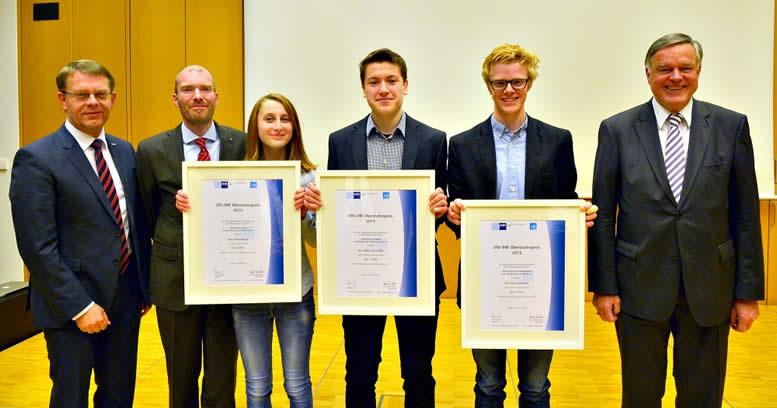 Dr.-Ing. Carl Hagemeyer (links), Dr. Axel Müller (2.v.links), und IHK-Präsident Felix G. Hensel (rechts) freuten sich mit den Preisträgern des VDI-IHK-Oberstufenpreises.