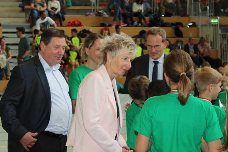 Werner Sülberg (links), Geschäftsführer des Märkischen Arbeitgeberverbandes, Regierungspräsidentin Diana Ewert (Mitte) und Dr. Thorsten Doublet (rechts), Geschäftsführer der Arbeitgeberverbände Siegen-Wittgenstein, zeichneten die erfolgreichen Sportlerinnen und Sportler aus.
