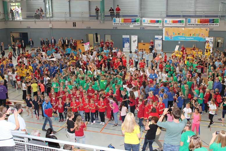 """Über 700 Grundschülerinnen und -schüler nahmen am Finale der """"Westfalen YoungStars"""" in Siegen teil."""